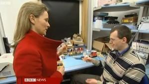 Reporterul BBC îi prezintă unui cercetător de la University of Cambridge, cardul care stă la baza procesului de detecție cu ADE 651, succesorul ADE 650 (2010)  Foto: captură reportaj BBC