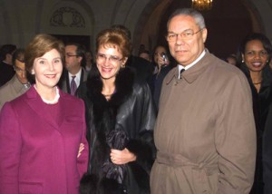 Laura Bush, Corina Crețu și Colin Powell la București, în anul 2002. Foto: The Smoking Gun