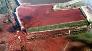 Accidentul din Ungaria, când,  a cedat barajul iazului de decantare de la Kolontar. Valul de 700.000 de metri cubi de noroi toxic a ucis zece persoane și a provocat pagube de miliarde de euro. Foto: Greenpeace