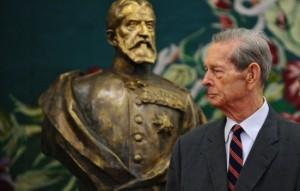 Regele Mihai în fața statuii Regelui Carol I Foto: antena3.ro