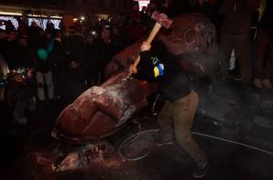 Statuia lui Lenin este distrusa de protestatarii de la Kiev, Ucraina. Foto: Twitter