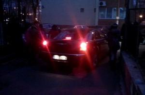 Cristian Tudose, ieșind cu  mașina sa din curtea Liceului Ion Creangă Foto: Robert Veress, Select News