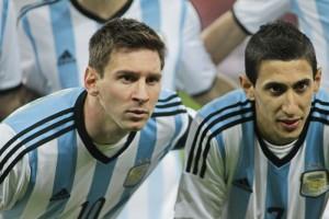 Lionel Messi alaturi de coechipierul sau Angel di Aaria la fotografia de grup. Foto: Adi Piclisan