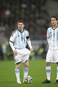 Lionel Messi alaturi de Fernando Gago se pregateste sa bata o lovitira libera. Foto: Adi Piclisan