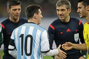 Lionel Messi da mana la inceputul partidei Ciprian Marica. Foto: Adi Piclisan