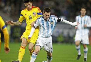 Lionel Messi in duel cu Cristian Tanase. Foto: Adi Piclisan