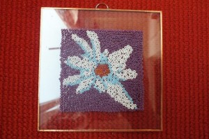 Floare de colț. Mini-tablou realizat în exclusivitate din mărgele pe sticlă de Mariana Magos Foto: Robert Veress, Select News