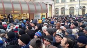 Mii de moldoveni au stat la coadă să voteze la Ambasada Moldovei din Moscova Foto: stirileprotv.ro